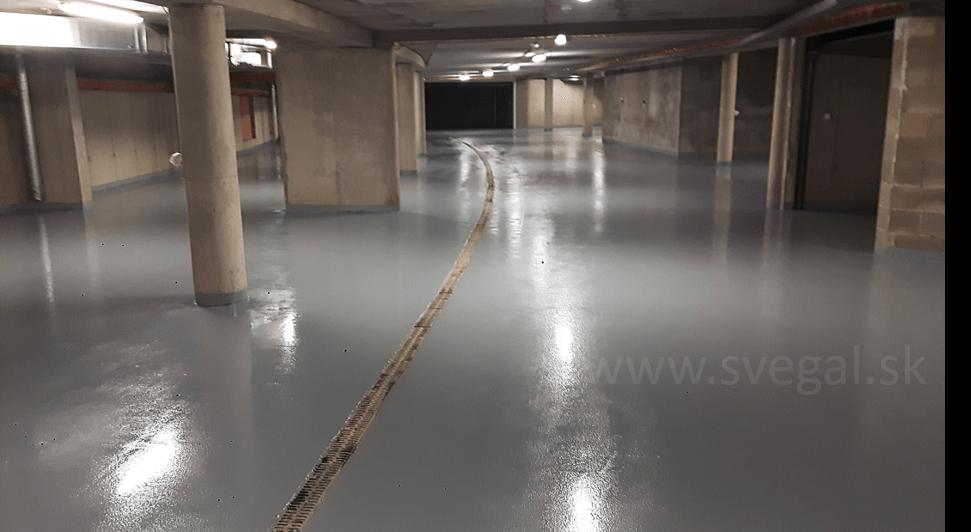 Betónový podklad podzemnej garáže ošetrený EPOSTYLOM 521-01. Bezpečnostné protišmykové prevedenie v šedom odtieni RAL 7001.
