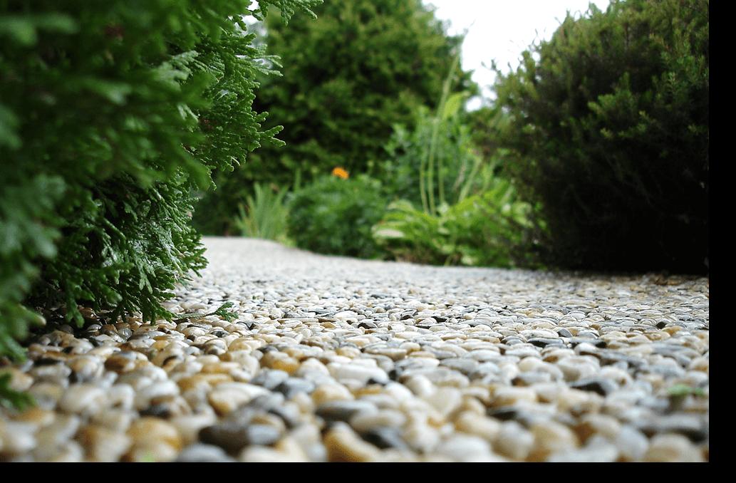 Kamenný koberec detail zblízka, realizované živicou EPODUR STONE. Štrkový koberec, kameninový koberec, kamienkový koberec.