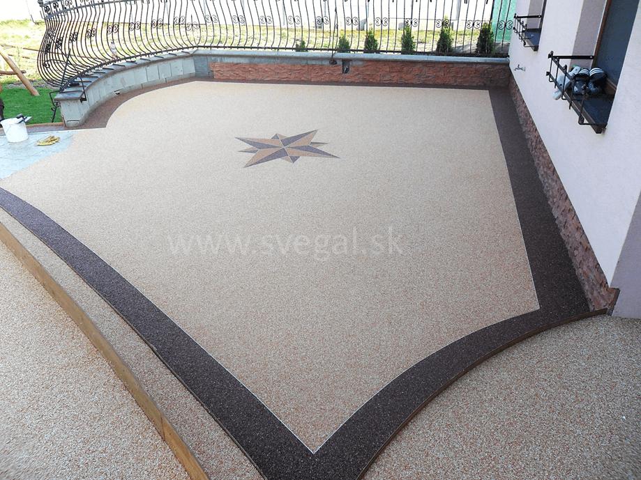 Použitie kamenného koberca ako estetického prvku na oddychovej terase. Použité rôznofarebné mramorové kamenivo.