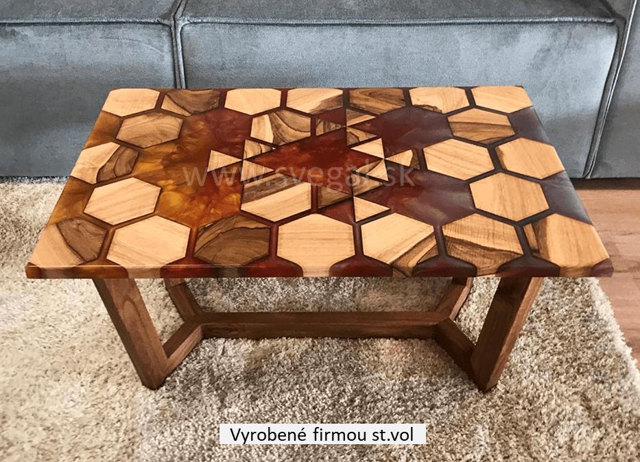 Stôl vyrobený spojením epoxidovej živice Art Resin Hard, metalických pigmentov a amerického orecha.