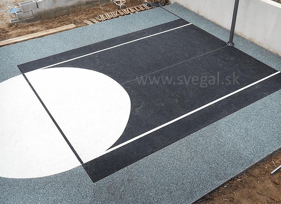 Farebný kamienkový koberec použitý ako povrch basketbalového ihriska. Vďaka využitiu drenážneho efektu nebude na povrchu ostávať voda. Použitý materiál CHS-EPODUR STONE.