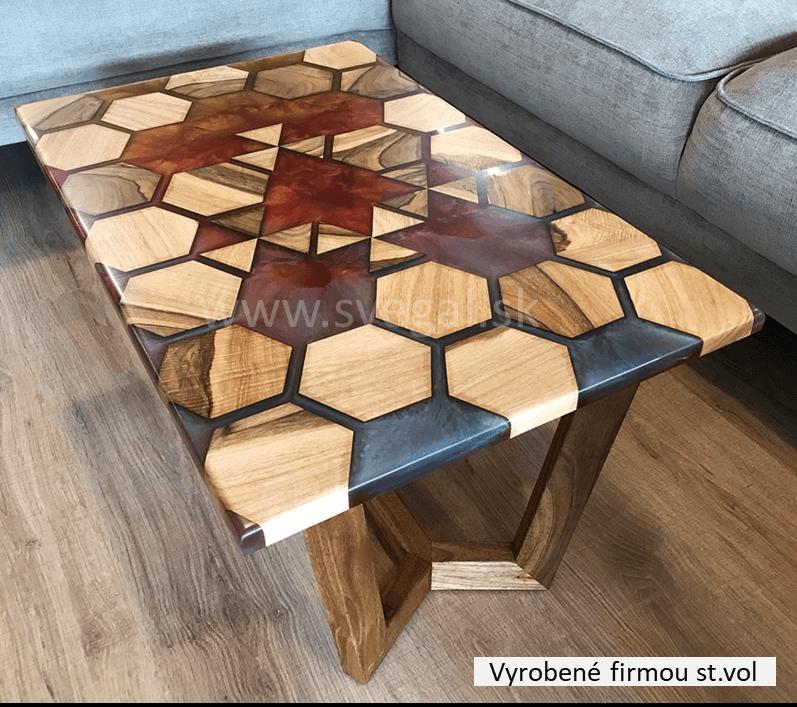 Dizajnové prevedenie stolíka vzniklo spojením epoxidovej transparentnej zalievacej živice Art Resin Hard, metalických pigmentov a amerického orecha.
