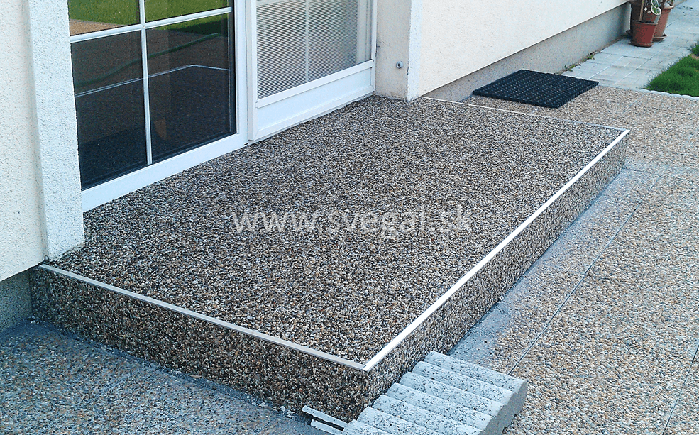 Estetický kameninový koberec ako imitácia terazzovej dlažby.