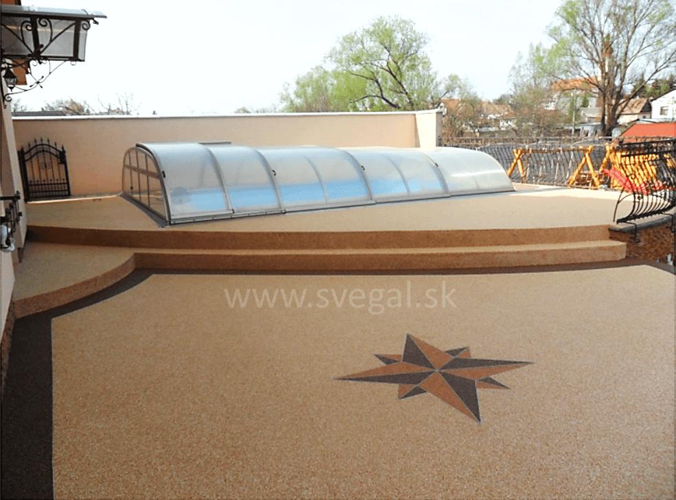 Viacfarebný kamenný koberec na oddychovej terase, vysoká estetičnosť.