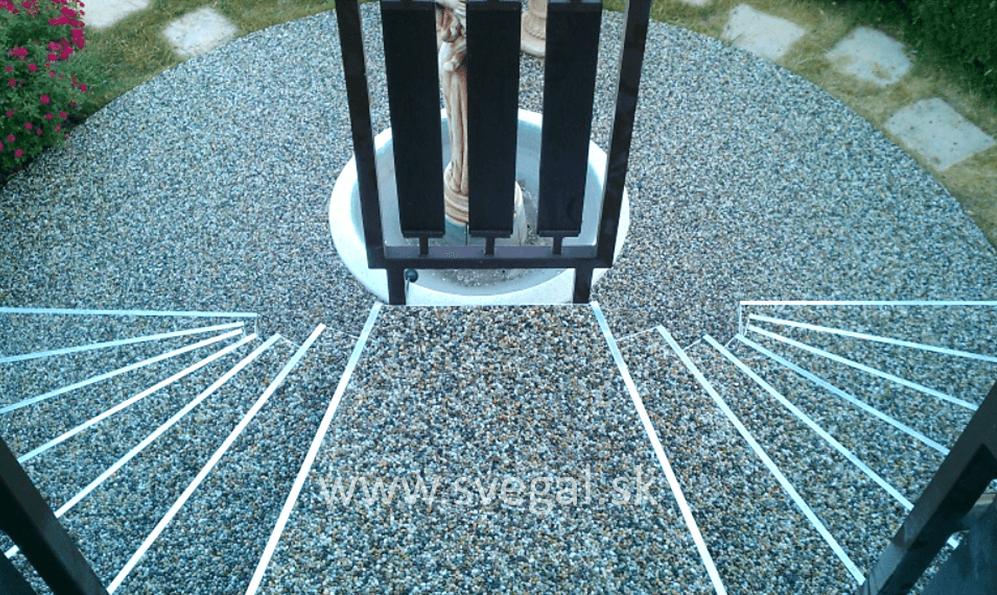 Mramorový drenážny koberec použitý na schodoch rodinného domu. Vysoká estetika a funkčnosť.