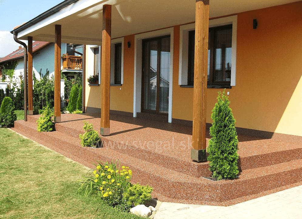 Kamenný koberec na terase, realizované živicou EPODUR STONE. Štrkový koberec, kameninový koberec, kamienkový koberec.