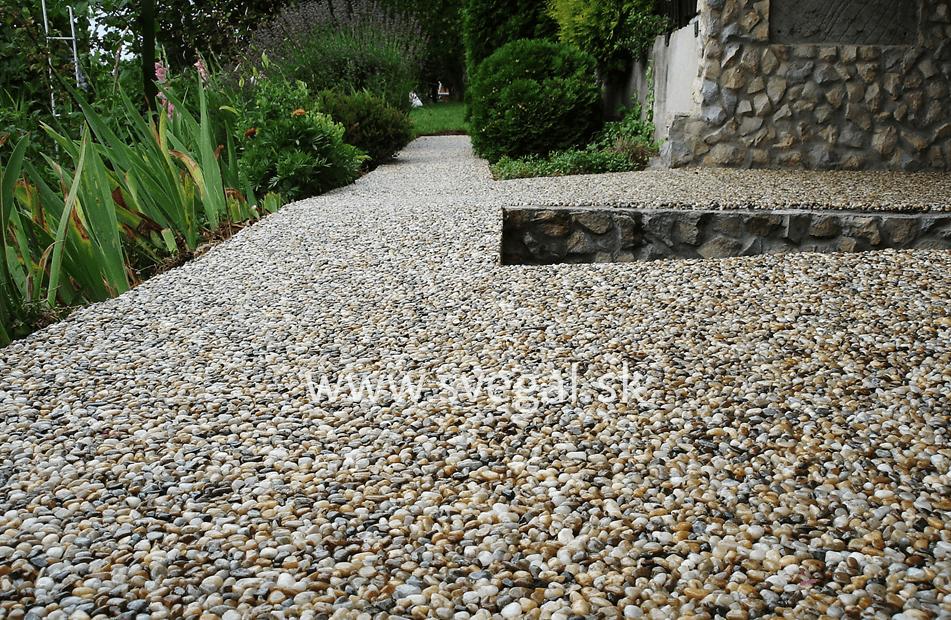 Kamenný koberec detail zblízka, realizované epoxidovou živicou EPODUR STONE. Štrkový koberec, kameninový koberec, kamienkový koberec.