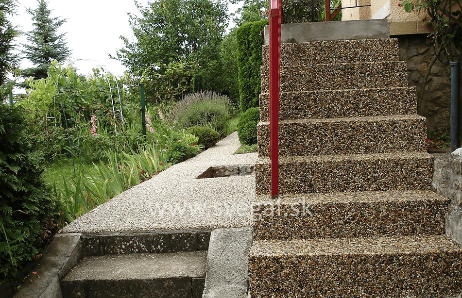 Realizácia štrkového koberca na vonkajších schodoch. použitý produkt Epodur Stone.