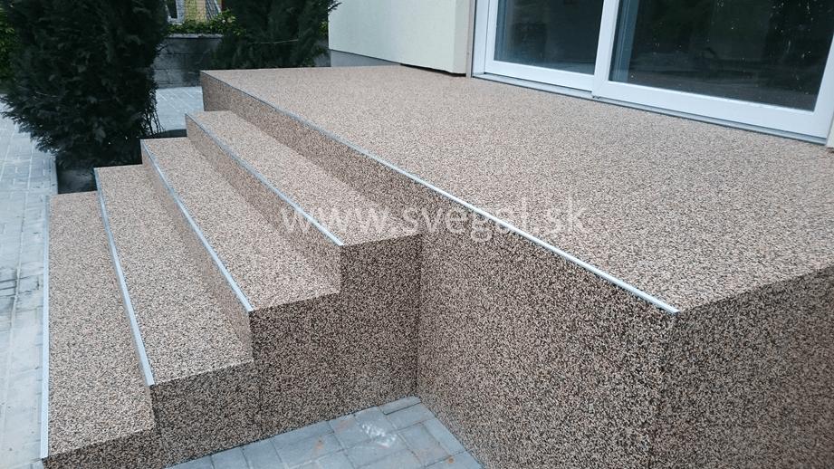 Realizácia mramorového koberca na terase a vonkajších schodoch. Použité ochranné lišty zabraňujú vylamovaniu kamienkov z nášľapných plôch.