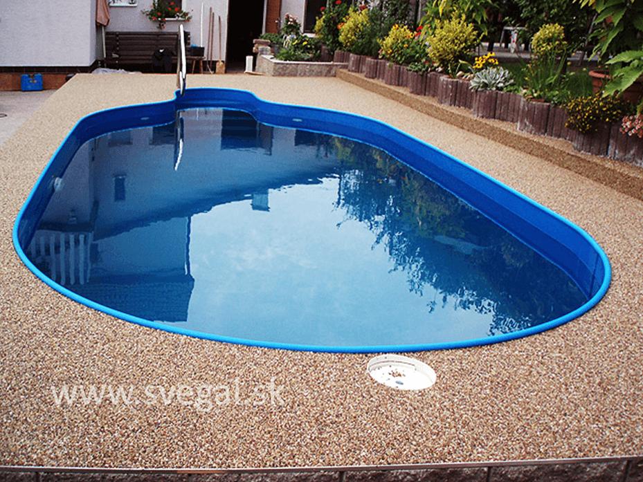 Kameninový koberec okolo bazéna. Ideálne využitie drenážneho efektu kamenného koberca.