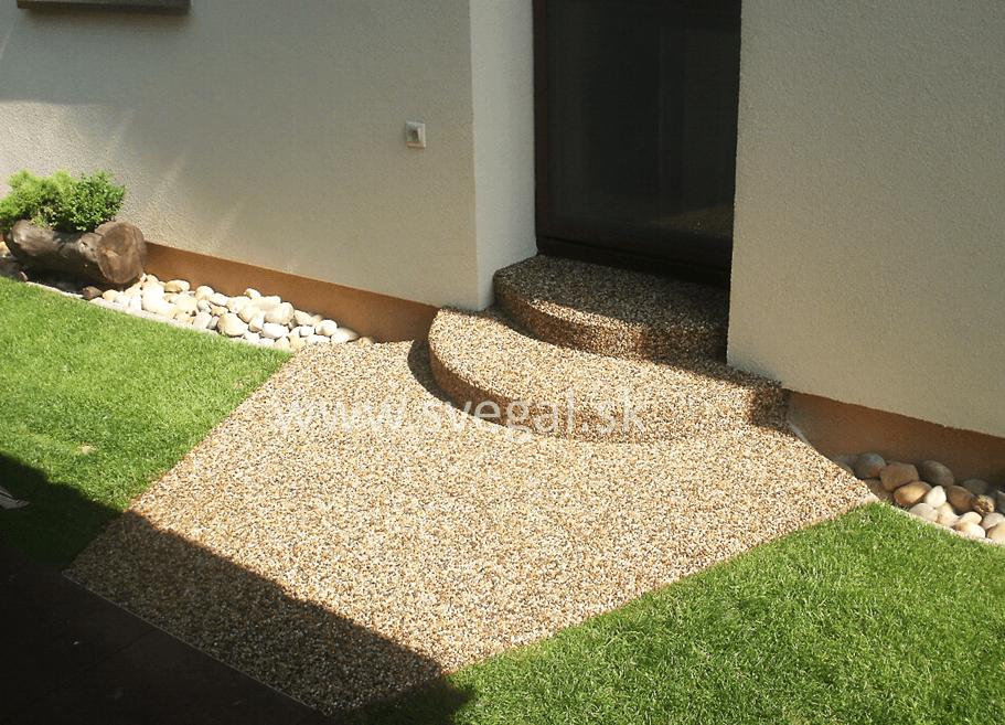 Drenážny kamenný koberec v exteriéri. Použité kamenivo dunajský valúň, epoxidové pojivo CHS-Epodur Stone.