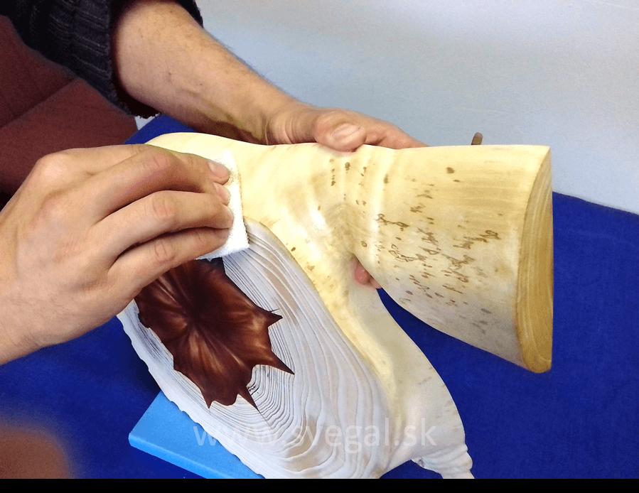 zapracovanie do povrchu dreva plastovou vlnou Schotch Brite