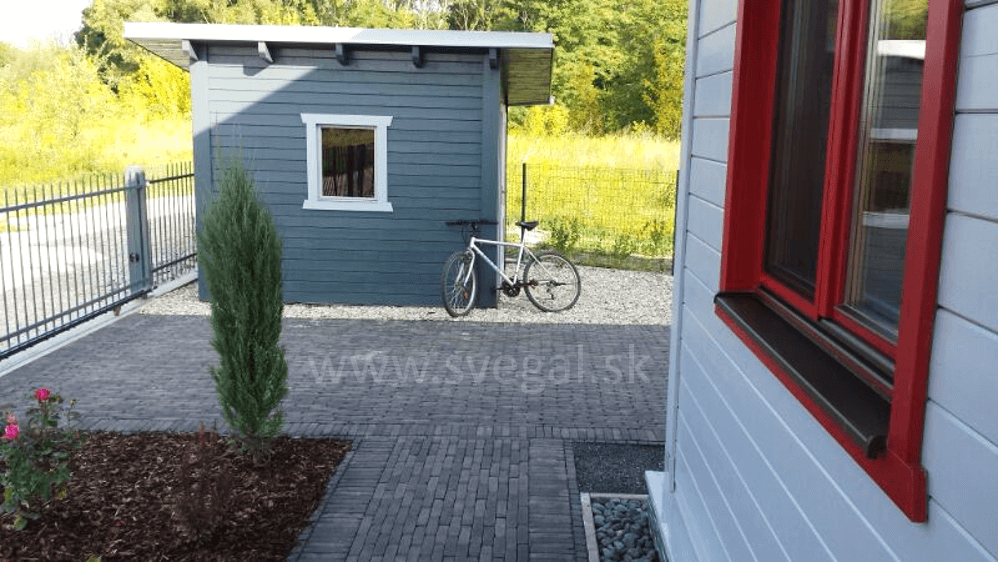 Drevený domček povrchovo upravený lazúrovacím náterom Herbol Offenporig Pro decor. Tónované do šedého odtieňa.