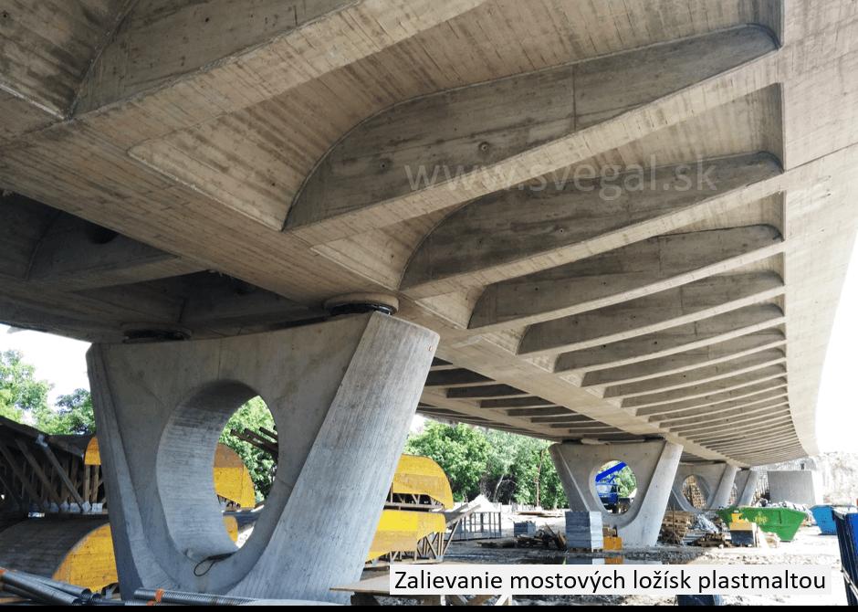 Zalievanie, podlievanie mostových ložísk plastomaltou. Zloženie CHS-EPOXY 455 s tužidlom P11 a vhodnými frakciami kremičitého piesku.