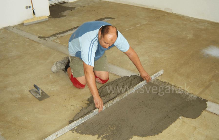 Aplikácia plastbetónu ako pevnostnej vyrovnávky. Použitá epoxidová živica CHS-EPOXY 517 s kremičitým pieskom.