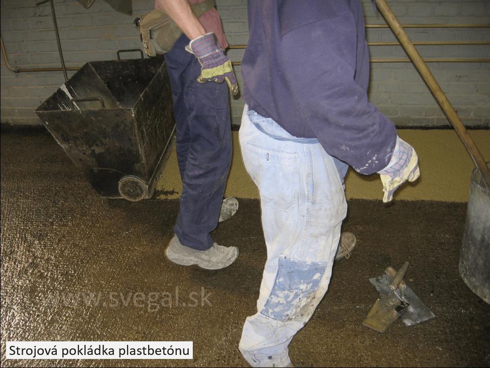 Strojová pokládka epoxibetónu na napenetrovaný podklad. Zloženie CHS-EPOXY 521 so sušeným kremenným pieskom.