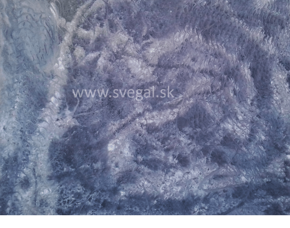metalická podlaha šedobiela