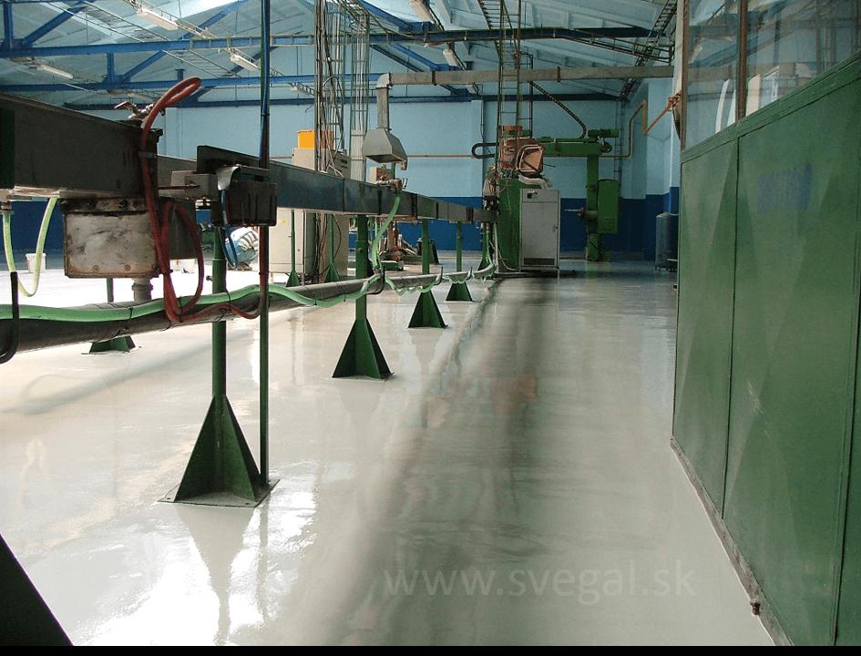 Epoxidová liata podlaha vo výrobnej priemyselnej hale. Použitý epoxid EPOSTYL 521-01 v šedom odtieni.