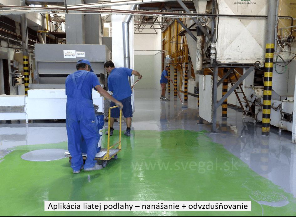 Aplikácia liatej podlahy pracovný postup. Nanášanie Epostylu 521-01 a rozťahovanie vhodným tágom ( zubovou stierkou), v pozadí odvzdušňovanie povrchu.
