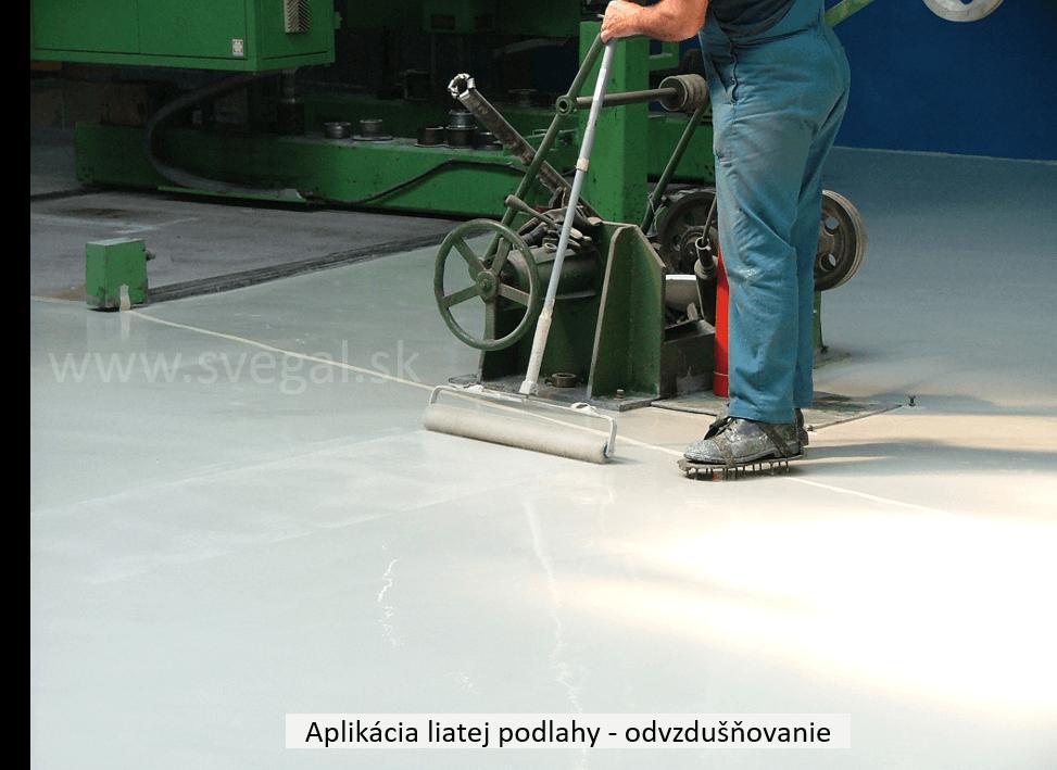 Ovzdušňovanie - ježkovanie povrchu liatej stierky po položení. Účelom je vytlačiť obsiahnutý vzduch, ktorý ostal v hmote po zamiešaní.