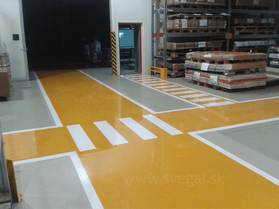 Liata podlaha v rôznych farebných odtieňoch vo výrobnom podniku. Použitá epoxidová stierka výrobcu SPOLCHEMIE EPOSTYL 521-01.
