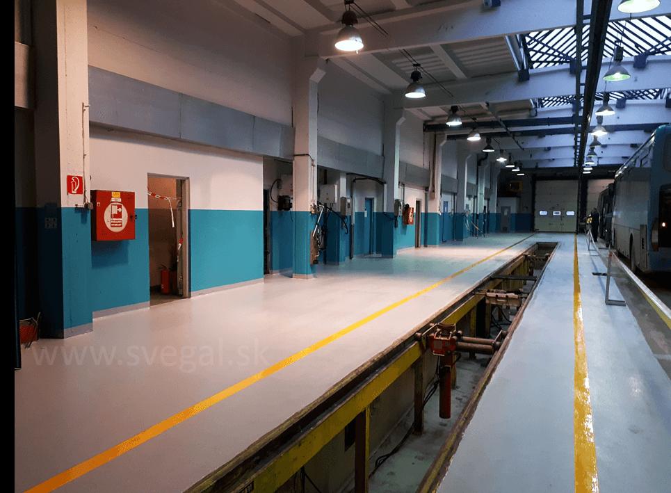 Rekonštrukcia rampy v opravovni autobusov. Použitá epoxidová liata podlaha Epostyl. Výborné mechanické vlastnosti a chemické odolnosti aj voči ropným produktom.