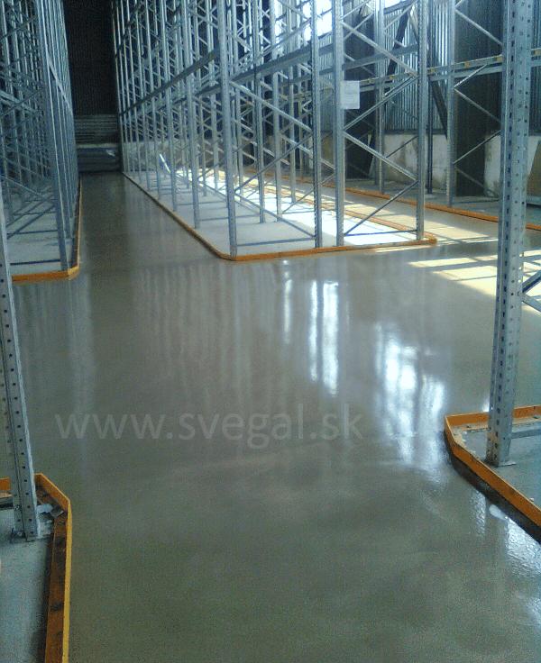 Liata podlaha v regálových stojiskách. Vysoká oteruvzdornosť, bezprašnosť a estetika povrchu.