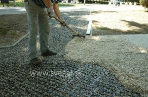 Aplikácia kamenného koberca na zatrávňovaciu rohož