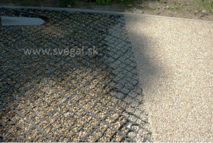 Kamenný koberec v kombinácií so zatrávňovacou rohožou