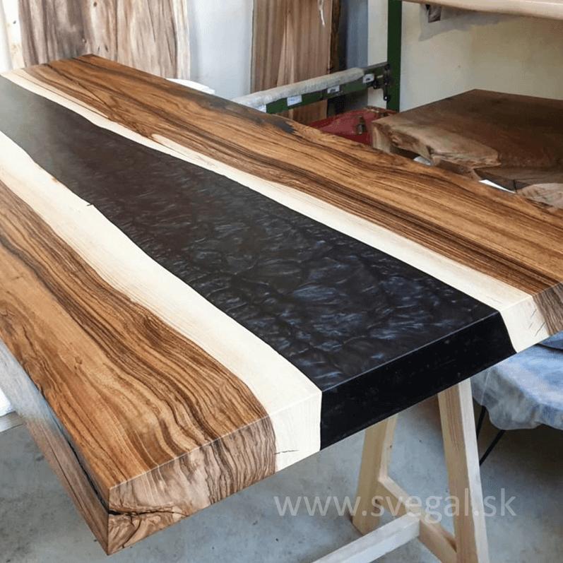 stôl z epoxidu a dreva