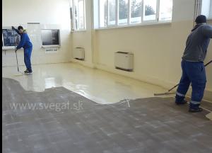 liata epoxidová podlaha - pokládka